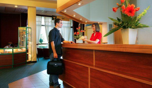 آموزش صنعت هتلداری و رفتار کارمندان پذیرش هتل